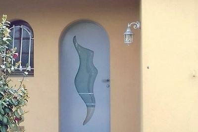 Réalisation d''une porte d''entrée cintrée en mixte aluminium / bois
