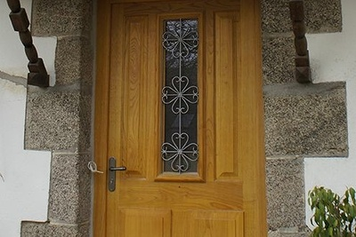 Réalisation d''une porte d''entrée sur mesure en bois