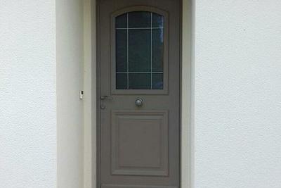 Réalisation d''une porte d''entrée sur mesure en mixte aluminium / bois