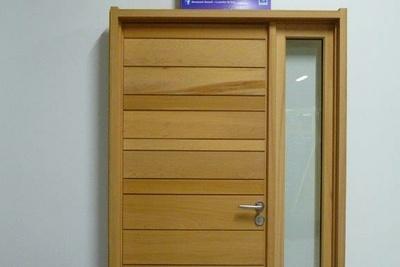 Rénovation d''une porte d''entrée sur-mesure en bois