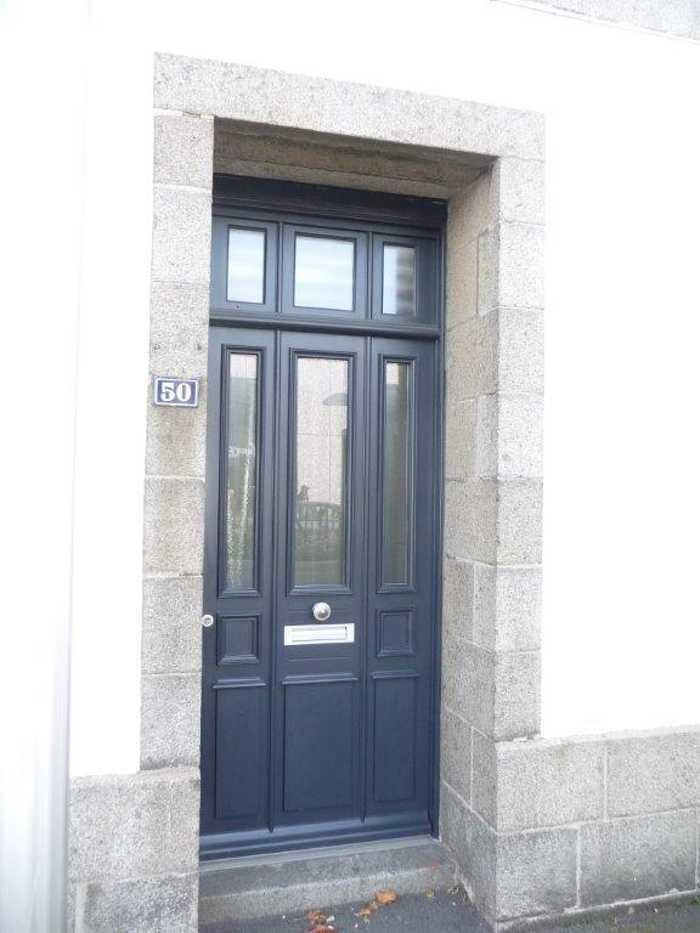 Réalisation d''une porte d''entrée sur mesure en bois en ville 0