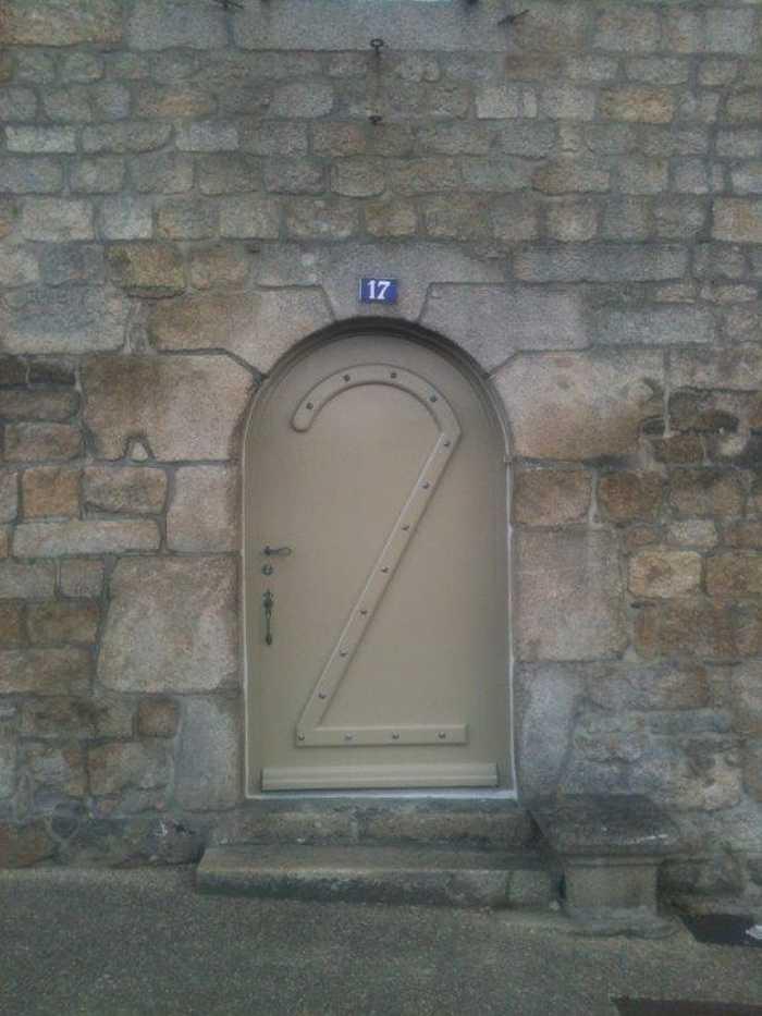 Réalisation d'' une porte d''entrée pleine à l''ancienne en bois avec fer forgé 0