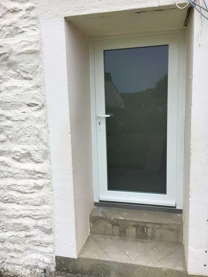 Réalisation d''une porte d''entrée sur mesure en PVC 0
