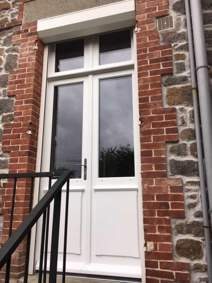 Réalisation d''une porte-fenêtre sur-mesure en bois 0