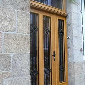 Rénovation porte d''entrée bois-réplique à l''identique porteaprestravauxavecrecuperationetmodificationdesgrillesdelancienneporteentreefabricationrouault
