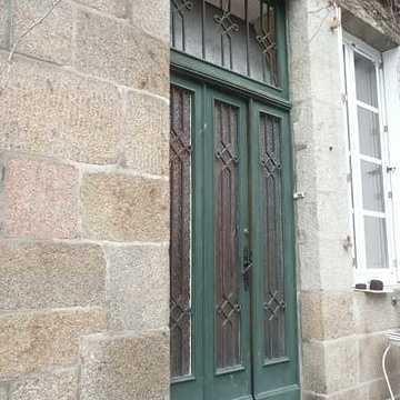 Rénovation porte d''entrée bois-réplique à l''identique porteavecgrilleafougeresavantremplacement
