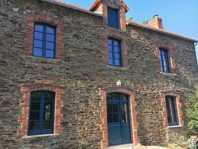 Création de fenêtres et portes sur-mesure en bois pour un ancien moulin