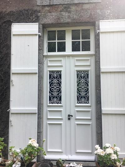 Création d''une porte d''entrée sur mesure en bois - Réplique à l''identique