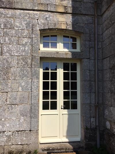 Création d''une porte fenêtre sur mesure en bois avec imposte pour château du XVIII