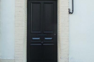 Fabrication et pose d''une porte d''entrée sur mesure en bois