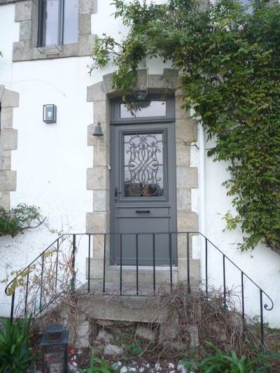 Porte d''entrée sur mesure en bois avec grille fer forgée - Quiberon
