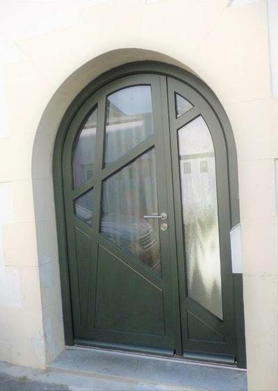 Porte d''entrée tiercée plein cintre en bois - fabrication et pose