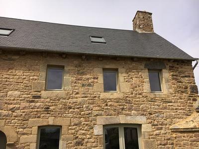 Réalisation de porte d''entrée et de fenêtres sur mesure en bois