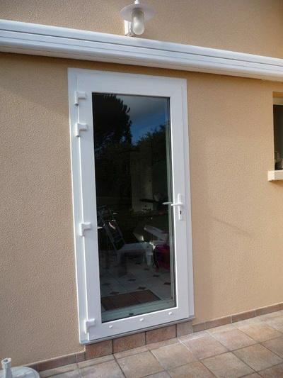 Réalisation d''une porte d''entrée PVC blanche