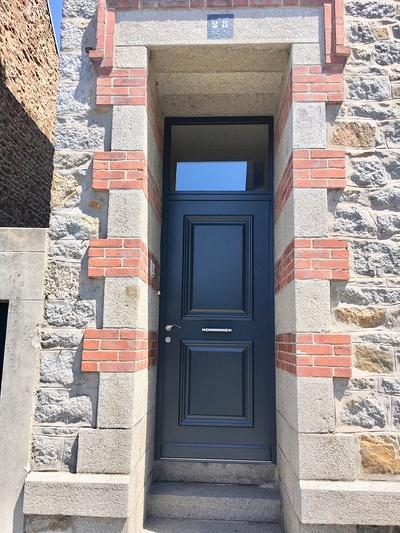 Réalisation d''une porte d''entrée sur mesure mixte aluminium extérieure et bois intérieure