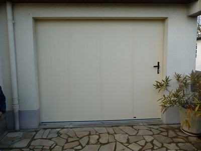 Réalisation d''une porte de garage latérale sur mesure en pvc