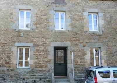 Rénovation fenêtres sur-mesure en bois - sur façade ancienne en pierre