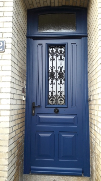Rénovation à l''identique porte d''entrée avec récupération grille en métal