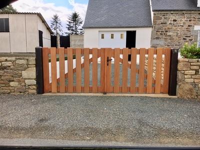 Rénovation d''un portail 2 vantaux et clôture sur-mesure en bois