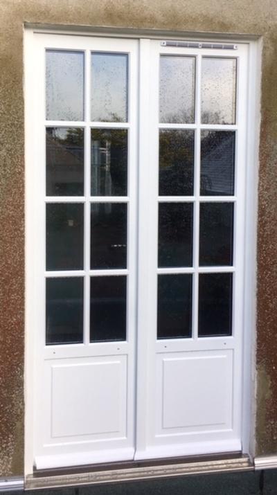 Rénovation d''une porte fenêtre sur mesure en bois