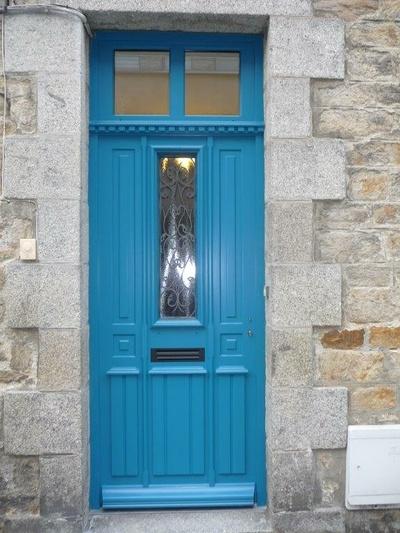 Réplique à l''identique porte d''entrée bois avec imposte et grille fer forgé