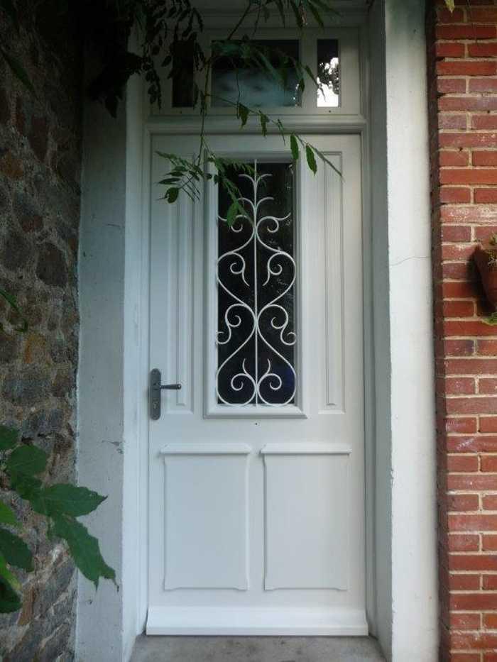 Réalisation d''une porte d''entrée en bois à l''ancienne avec grille fer forgé 0