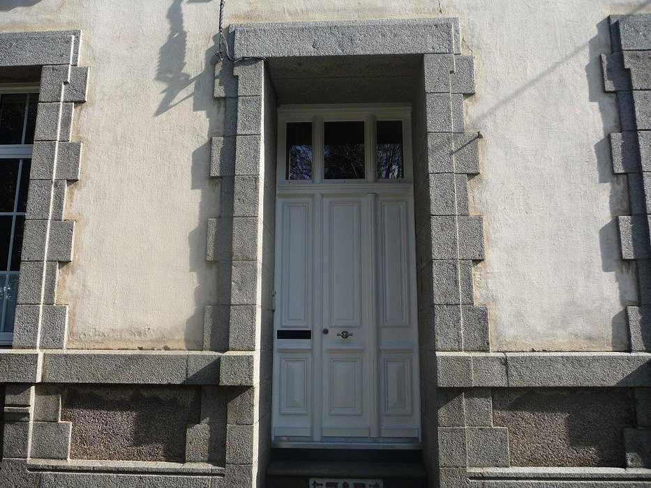Réalisation d''une porte d''entrée sur mesure en bois tiercée 0