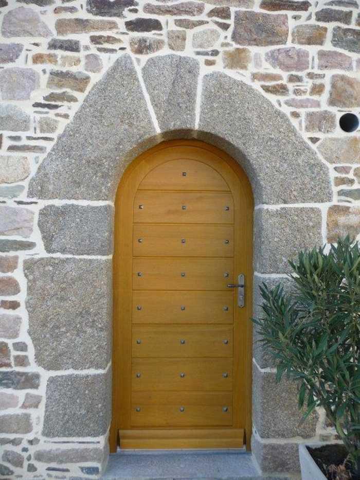 Réalisation d''une porte d''entrée sur mesure en bois sur une maçonnerie cintrée 0