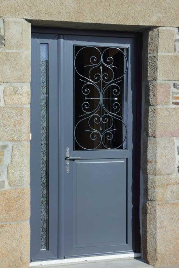 Réalisation d''une porte PVC gris anthracite avec grille fer forgé 0