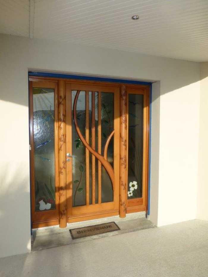 Création et réalisation d''une porte d''entrée en bois sur mesure avec fixe latéraux 0