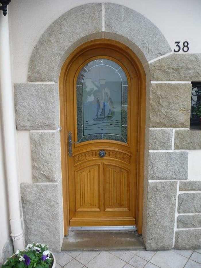 Réalisation d''une porte d''entrée cintrée sur mesure en bois 0