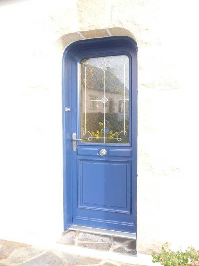 Réalisation d''une porte sur mesure en bois avec avec angles arrondis et décor floral 0