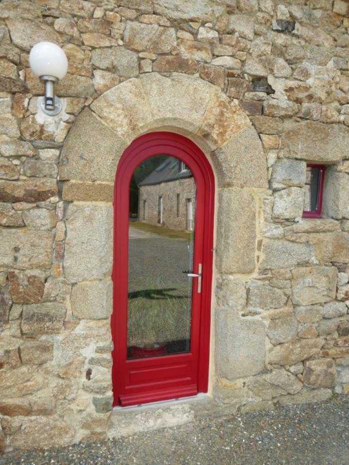 Réalisation d'' une porte fenêtre cintrée sur mesure en bois 0