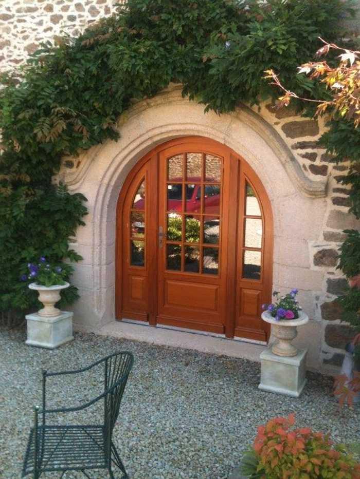 Réalisation d'' une porte- fenêtre d''entrée cintrée petits carreaux en bois exotique 0