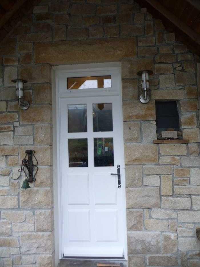 Réalisation d'' une porte d''entrée sur mesure en bois 0