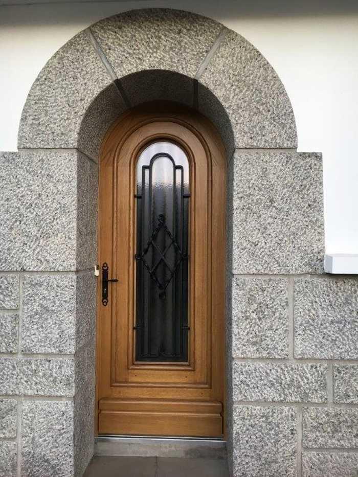 Réalisation d'' une porte d''entrée en bois sur mesure 0