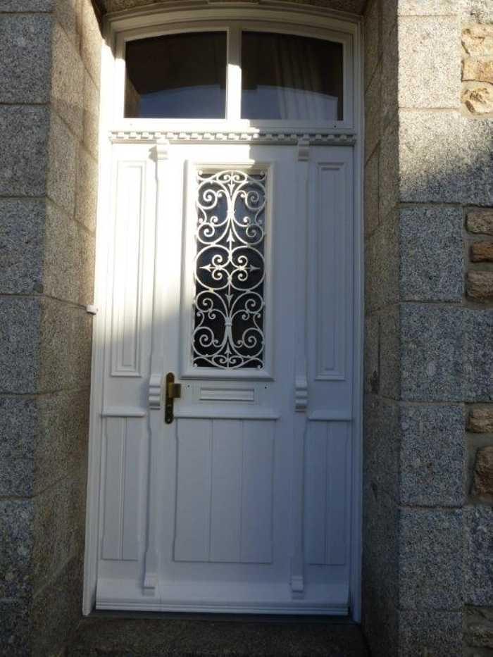 Réalisation d''une porte d''entrée tiercée sur mesure en bois 0
