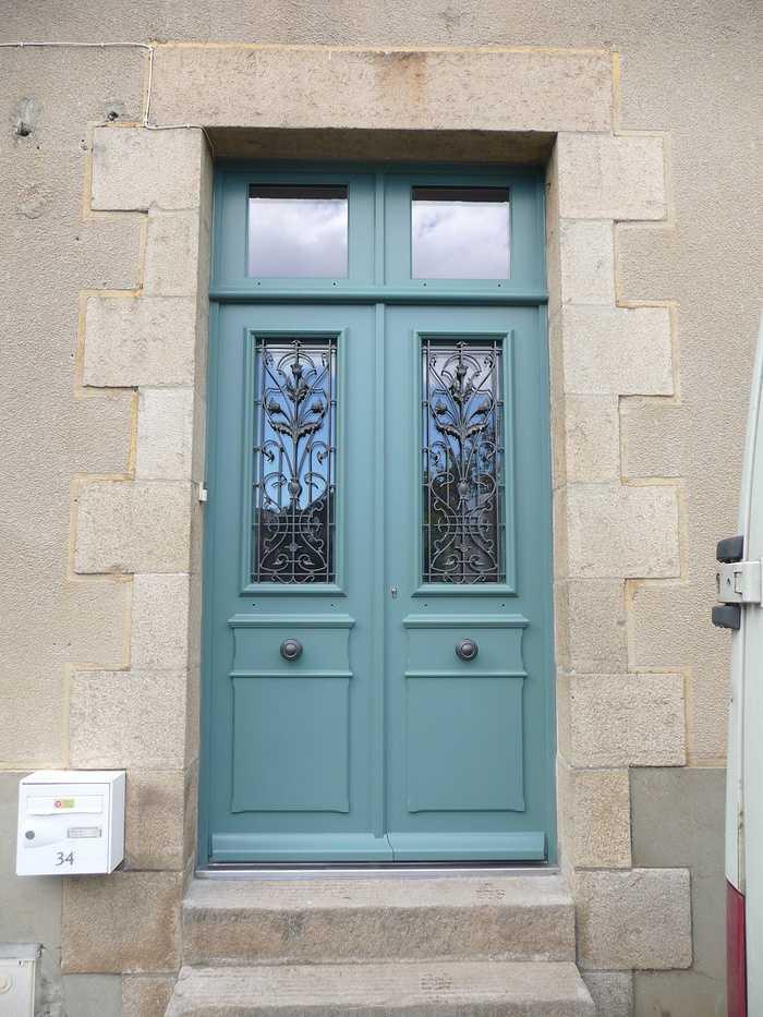 Réplique à l''identique d''une porte d''entrée sur mesure en bois à deux vantaux égaux 0