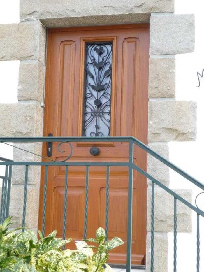 Réalisation d''une porte d''entrée avec fer forgé sur mesure en bois 0