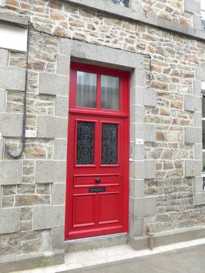 Réalisation d''une porte d''entrée sur mesure en bois avec fer forgé 0