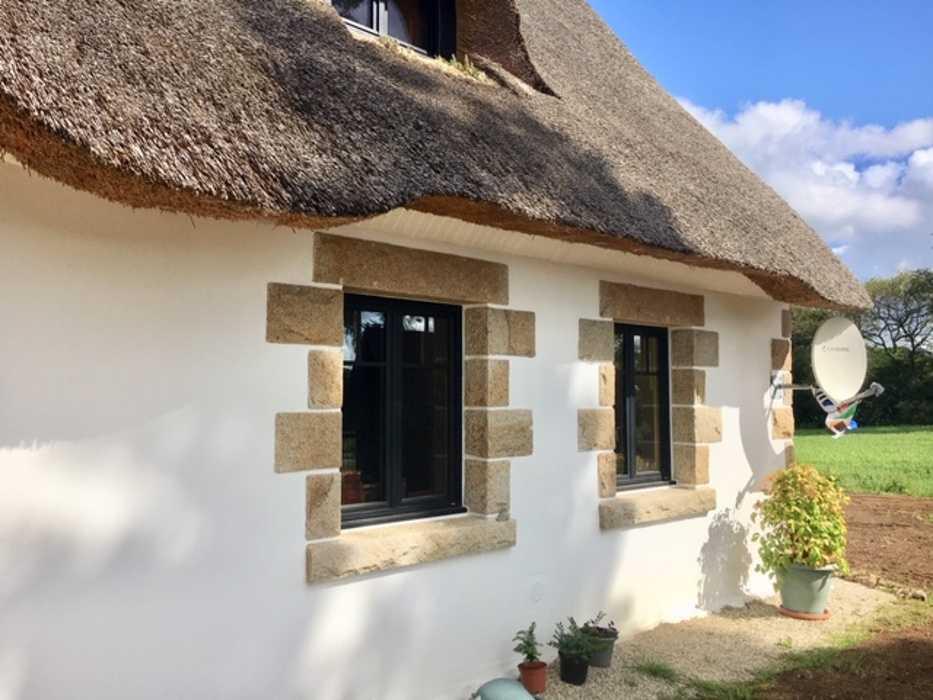 Menuiseries mixtes et menuiserie bois sur maison au toit de chaume 0