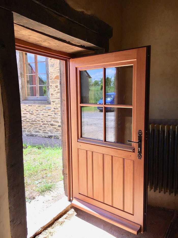 Réalisation d''une porte d''entrée et d''une porte fenêtre sur mesure en bois img5735