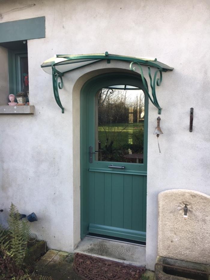 Rénovation d''une porte d''entrée de style en bois 0