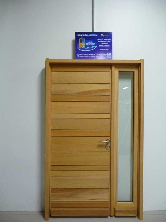 Rénovation d''une porte d''entrée sur-mesure en bois 0