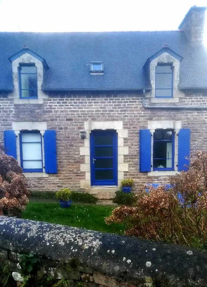 Rénovation d''une porte d''entrée et de fenêtres sur-mesure en bois 0