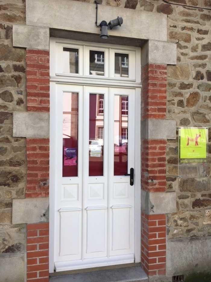 Rénovation à identique d''une porte d''entrée sur mesure en bois- 22 0