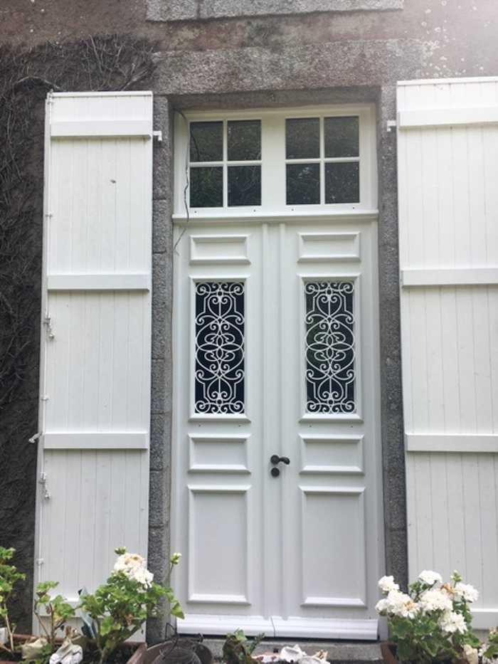 Création d''une porte d''entrée sur mesure en bois - Réplique à l''identique 0