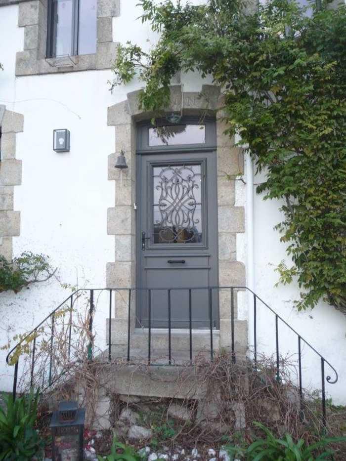Porte d''entrée sur mesure en bois avec grille fer forgée - Quiberon 0